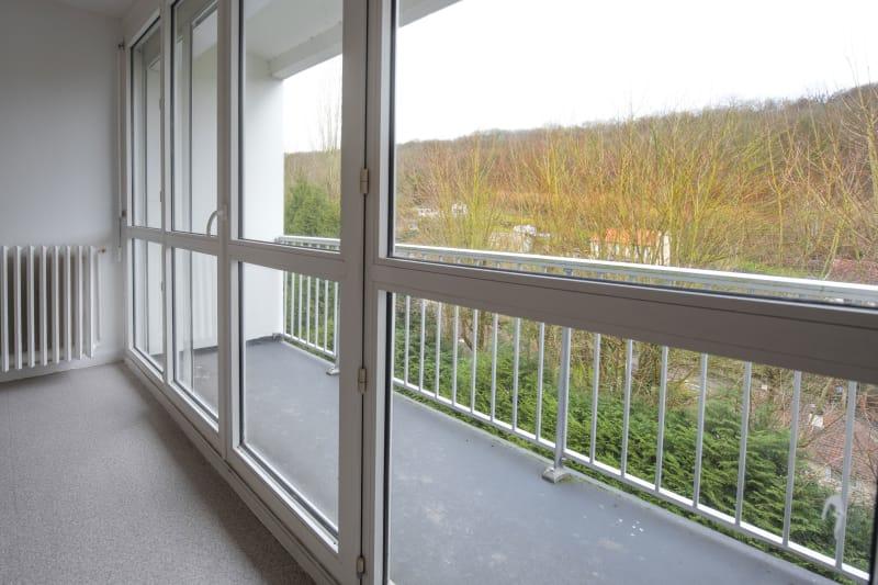 Grandes surfaces et luminosité à Elbeuf dans un cadre verdoyant - Image 1