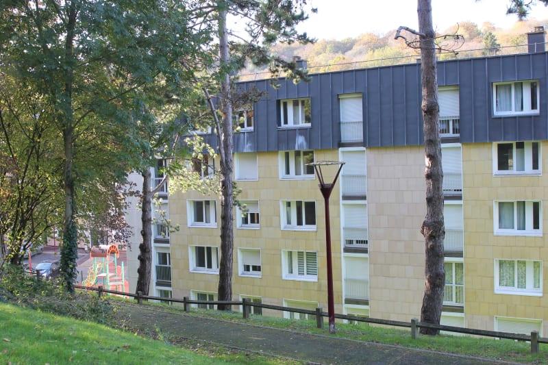 Appartement F2 en location à Elbeuf dans un cadre verdoyant - Image 1