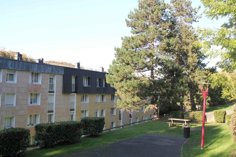 Appartement F2 en location à Elbeuf dans un cadre verdoyant - Image 2